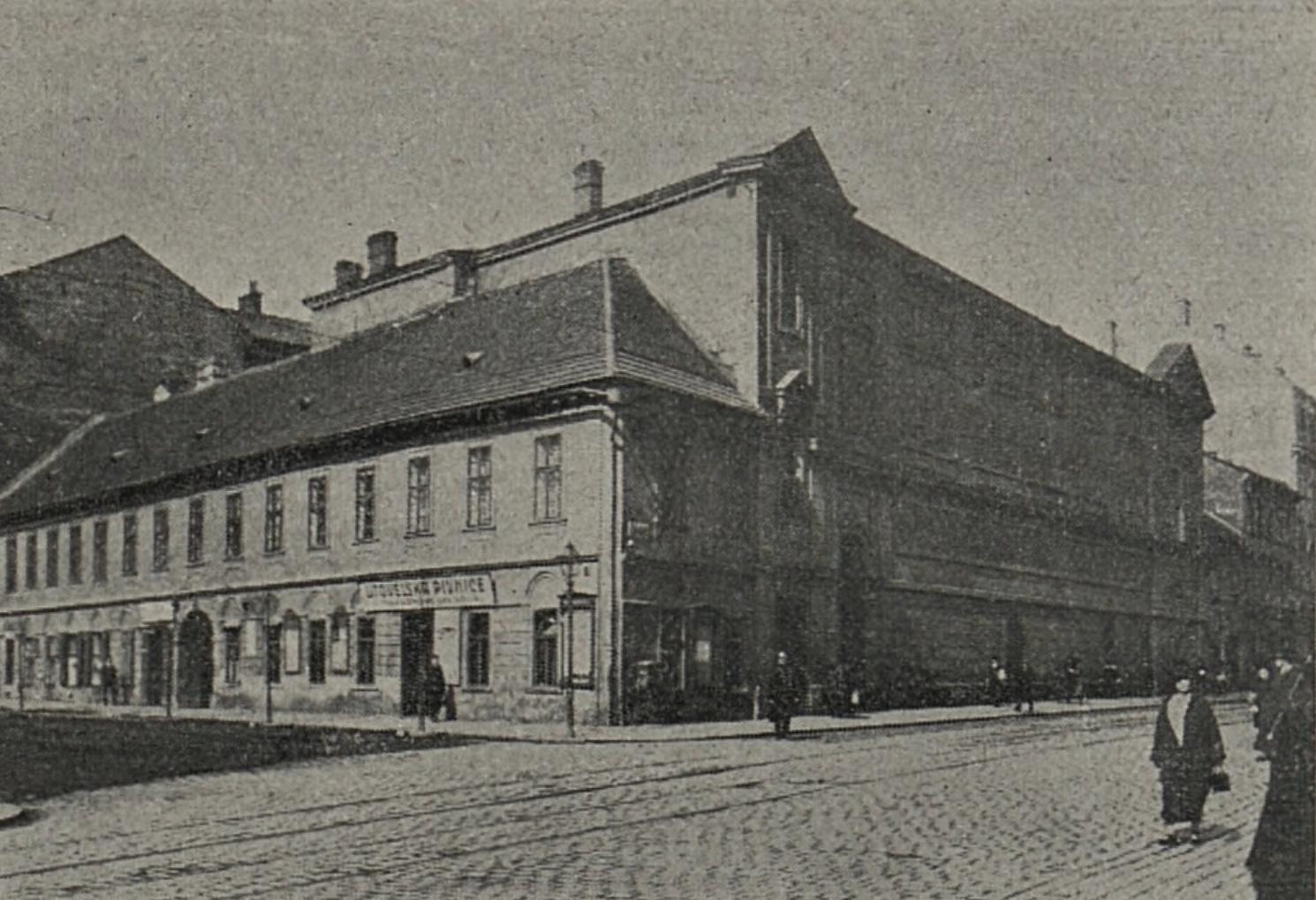 Z názvu vyplývá, že se tu nacházela německá škola.
